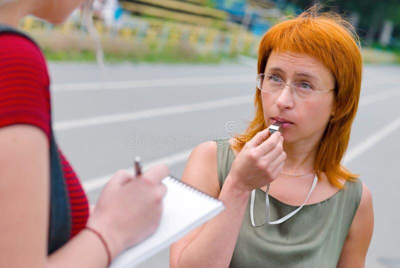 Donna con il fischio fotografie stock libere da diritti
