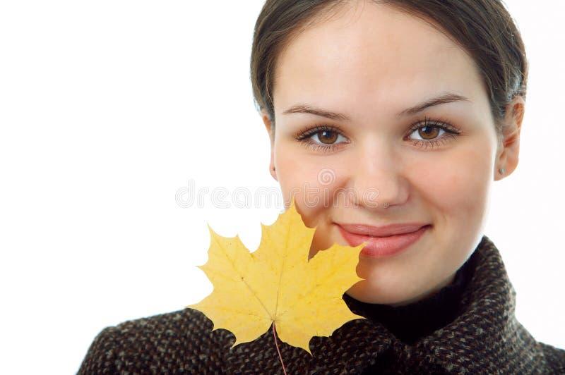 Donna con il foglio di autunno immagini stock