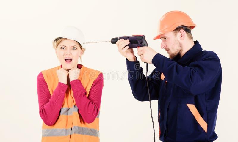 Donna con il fronte di grido in casco, casco Contrarietà del marito fotografia stock