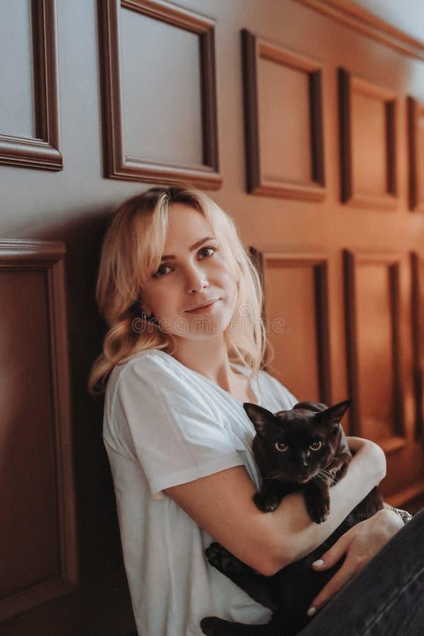 Donna con il gatto immagine stock