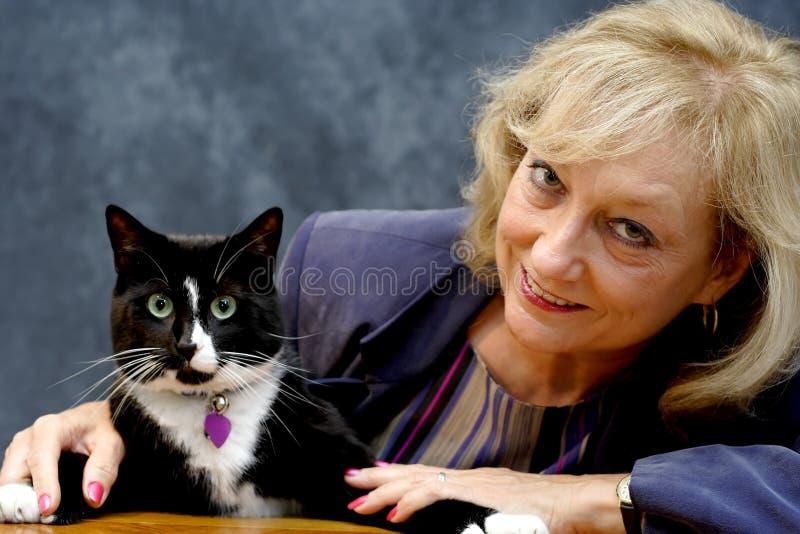 Donna con il gatto immagine stock libera da diritti