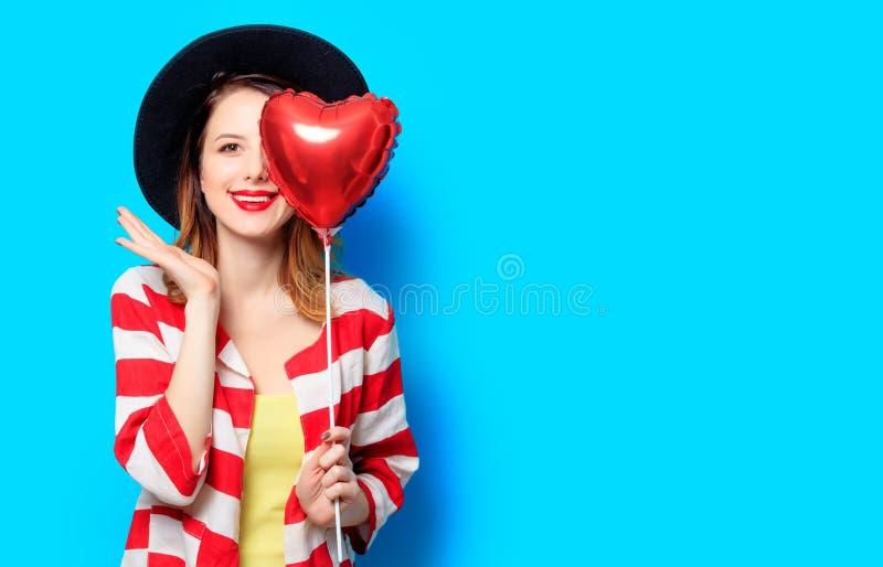 Donna con il giocattolo di forma del cuore immagine stock