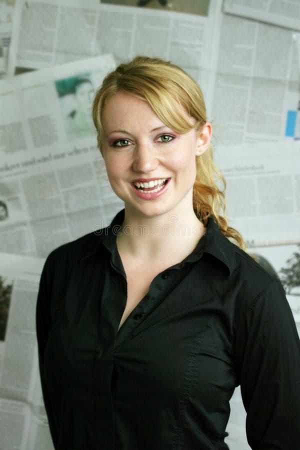 donna con il giornale immagine stock