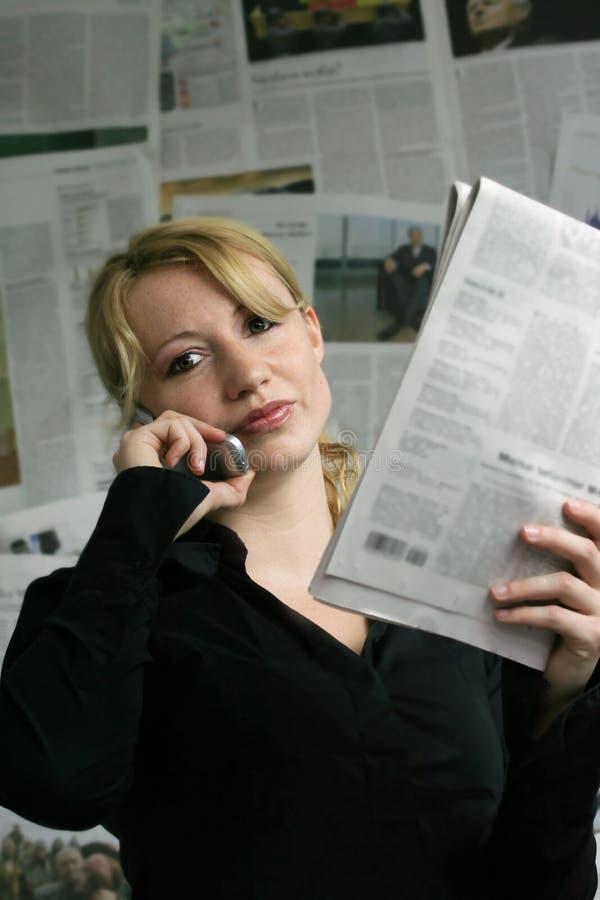 donna con il giornale fotografia stock libera da diritti