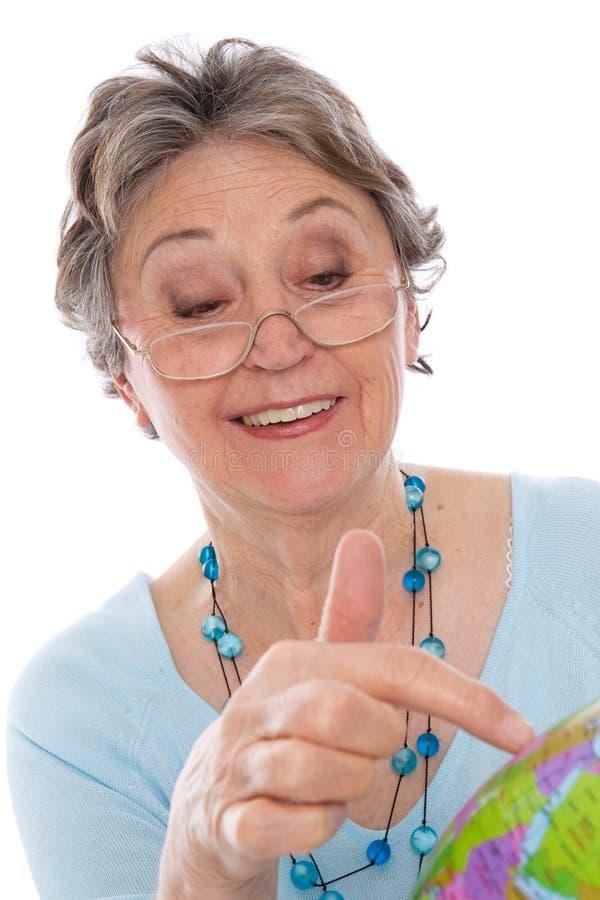 Donna con il globo - donna più anziana del pensionato isolata su backgr bianco fotografia stock libera da diritti