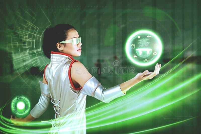 Donna con il grafico virtuale della terra e del bottone immagini stock libere da diritti