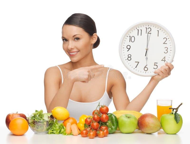 Donna con il grande orologio immagine stock