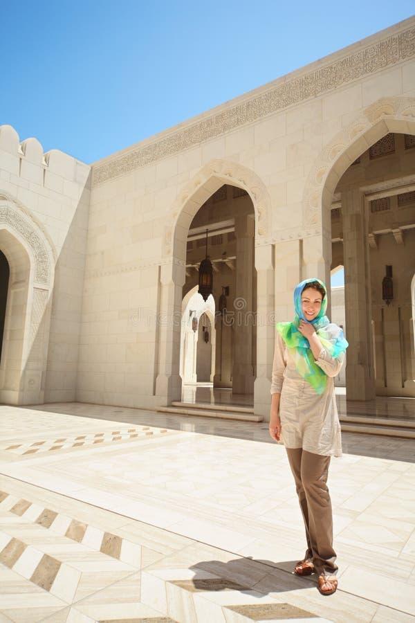Donna con il kerchief sulla testa in paese arabo fotografie stock libere da diritti