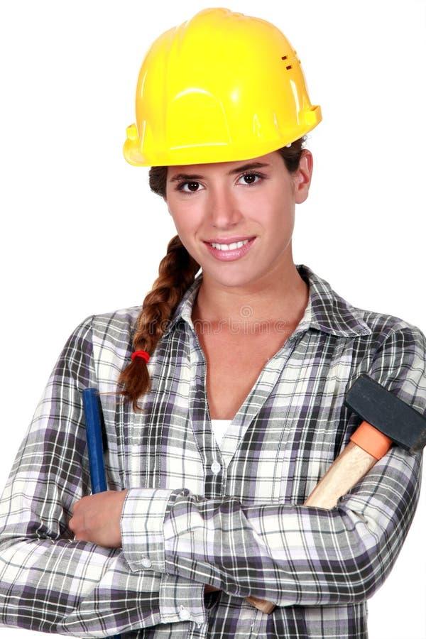 Donna con il martello e lo scalpello immagini stock libere da diritti