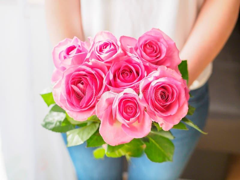 Donna con il mazzo rosa in sue mani fotografia stock
