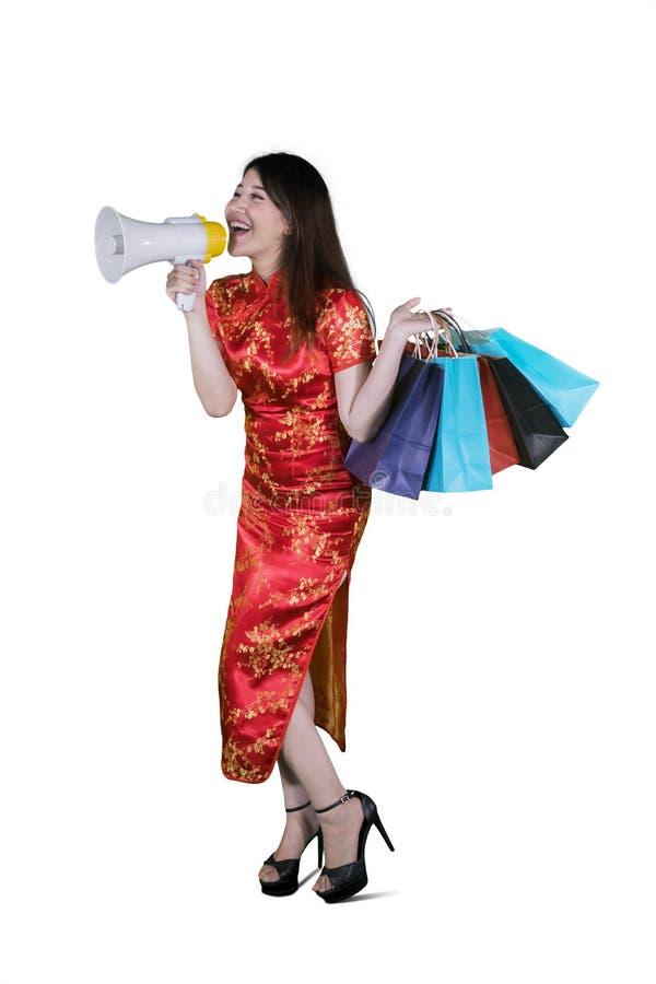 Donna con il megafono ed i sacchetti della spesa immagini stock libere da diritti