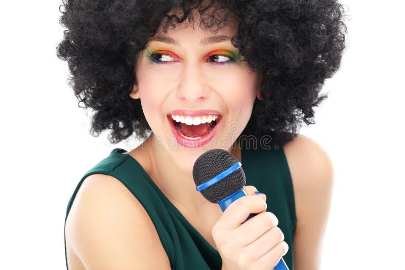 Donna Con Il Microfono Della Tenuta Dell Acconciatura Di Afro Fotografie Stock