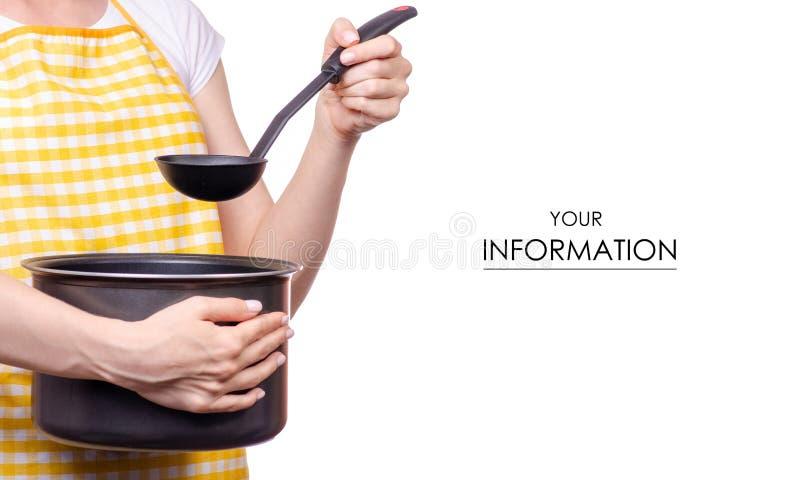 Donna con il modello della siviera e della casseruola della cucina del grembiule a disposizione immagine stock libera da diritti