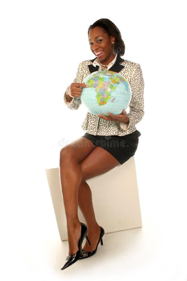 Donna con il mondo in sue mani immagine stock libera da diritti