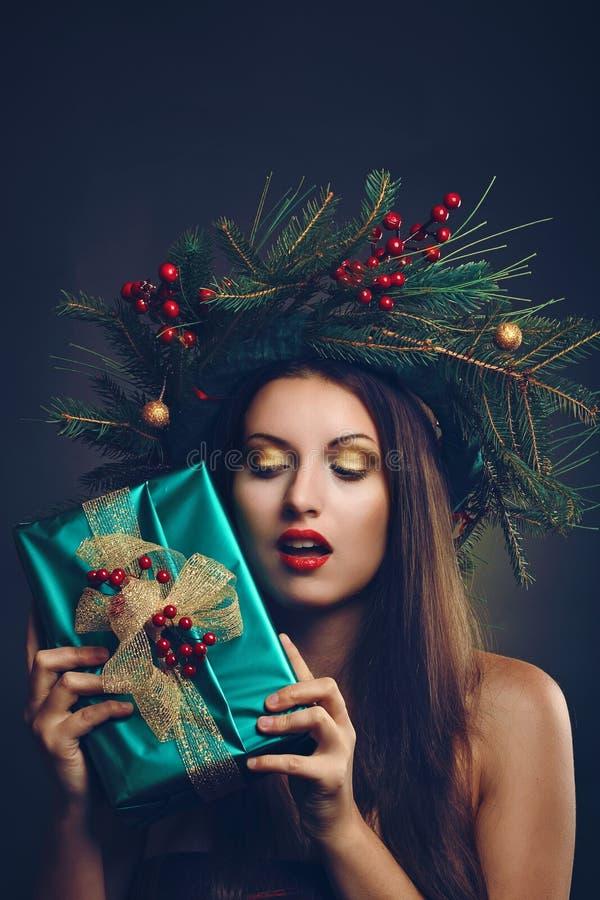 Donna con il pacchetto del regalo di natale immagine stock libera da diritti