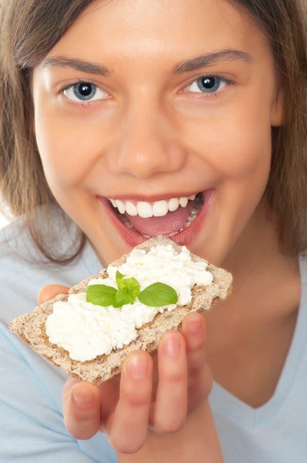 Donna con il pane croccante fotografia stock