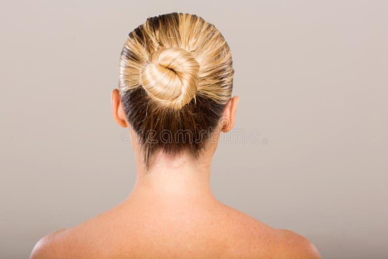 Donna con il panino dei capelli fotografia stock libera da diritti