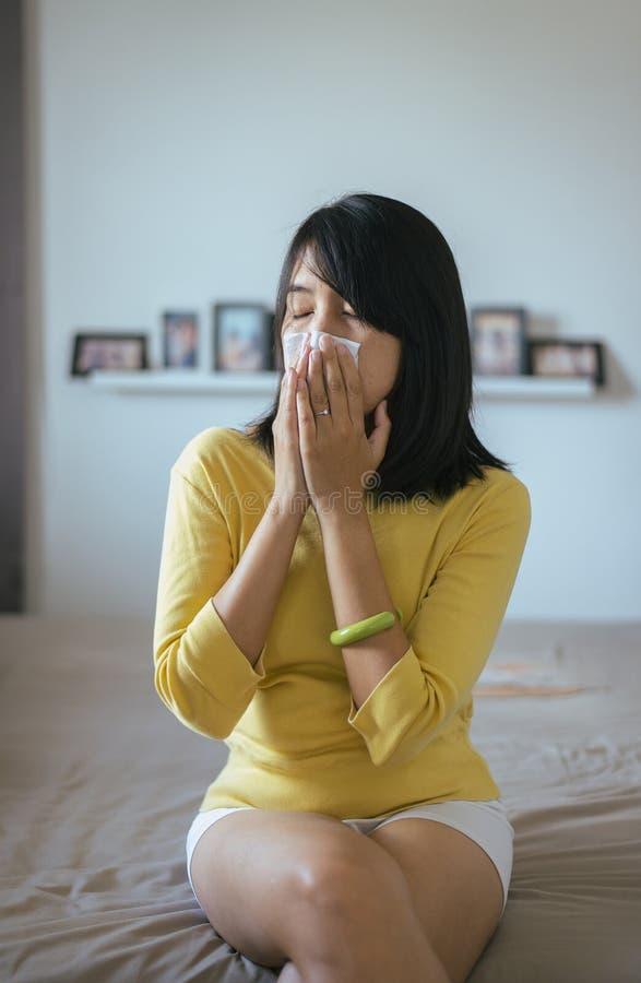 Donna con il problema di sintomi di allergia, naso ottenuto femminile starnutente immagini stock libere da diritti