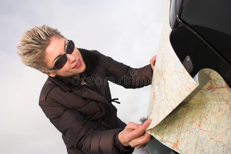 Donna con il programma di strada fotografia stock libera da diritti