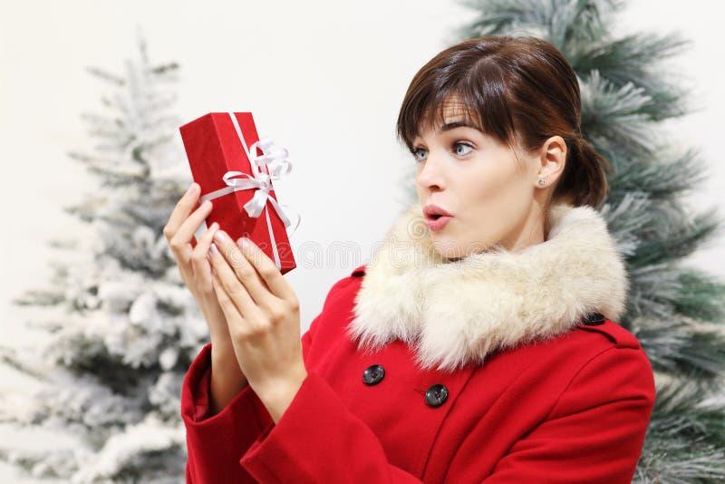 Donna con il regalo di Natale, sorpresa fotografia stock
