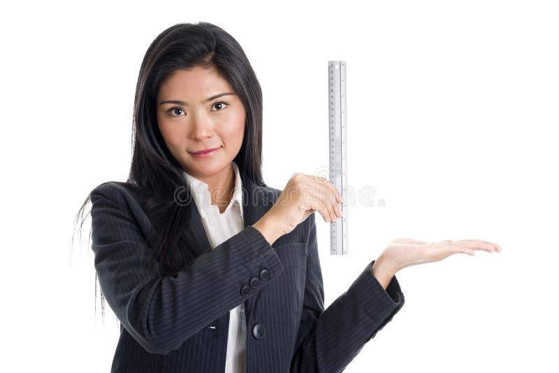 Donna con il righello immagini stock libere da diritti