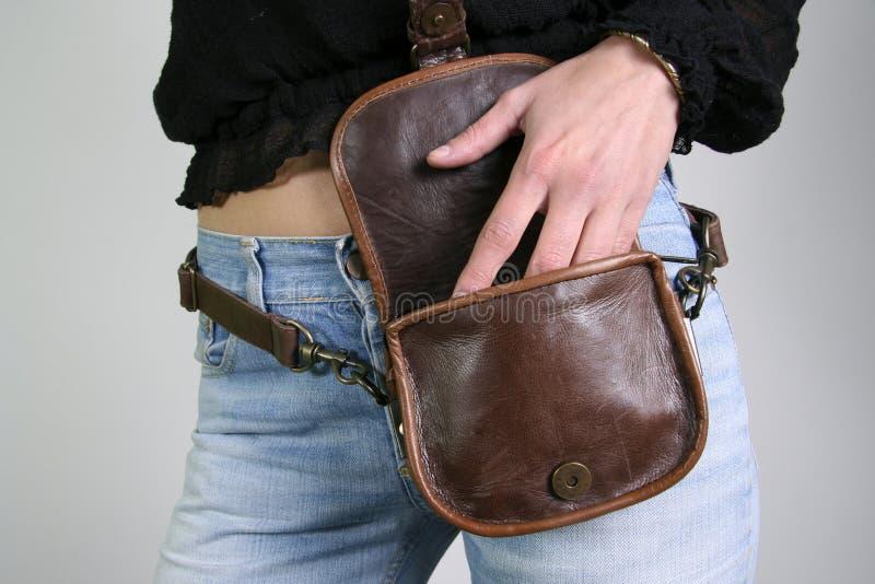 Donna con il sacchetto della fascia di soldi fotografia stock libera da diritti