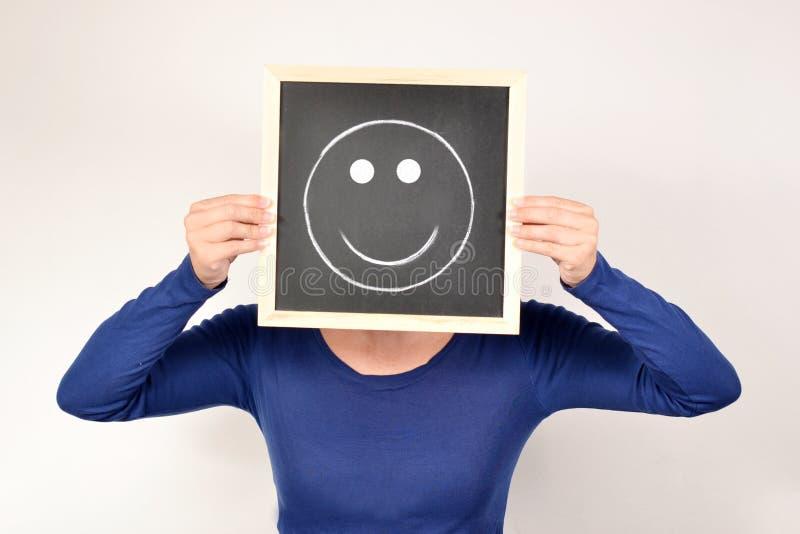 Donna con il sorriso in lavagna fotografie stock libere da diritti