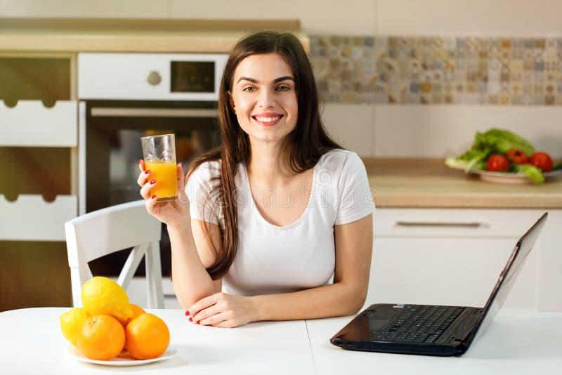 Donna con il succo di arancia fotografie stock