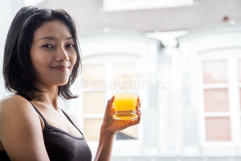 Donna con il succo di arancia fotografia stock