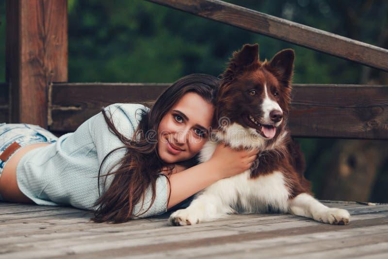 Donna con il suo cane di border collie fotografia stock