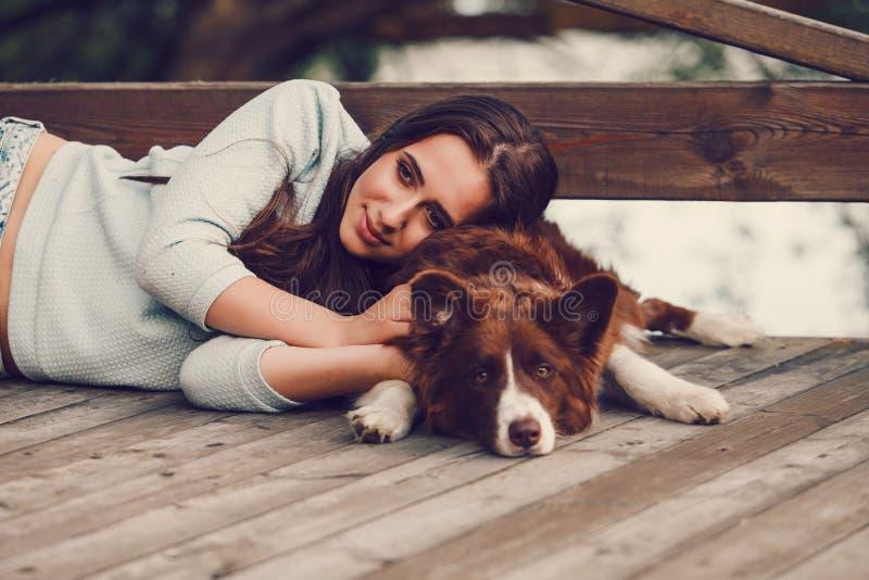 Donna con il suo cane di border collie fotografie stock libere da diritti