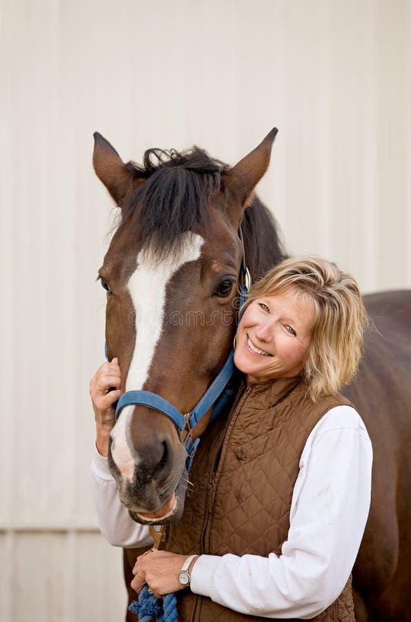 Donna con il suo cavallo fotografie stock libere da diritti