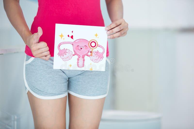 Donna con il tabellone per le affissioni dell'utero del fumetto fotografia stock libera da diritti