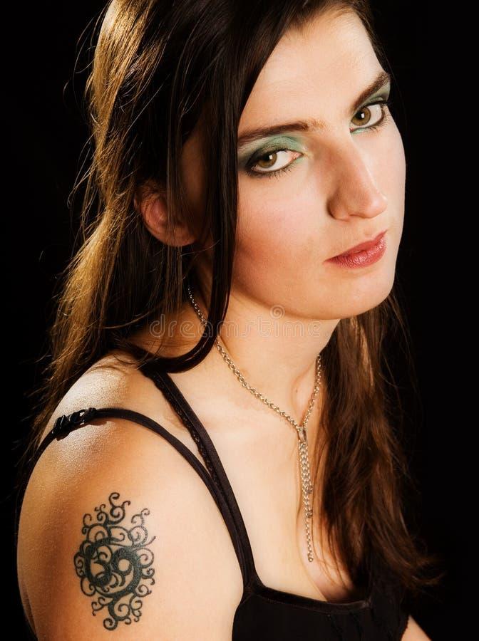 Donna con il tatuaggio immagine stock