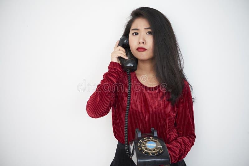 Donna con il telefono antiquato immagine stock