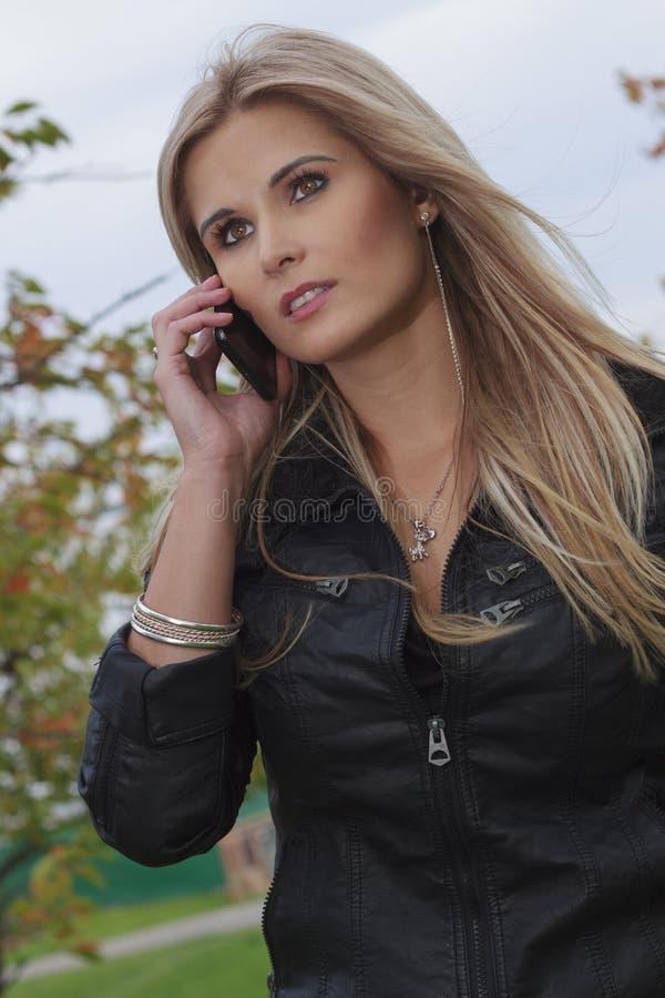 Donna con il telefono mobile immagine stock libera da diritti