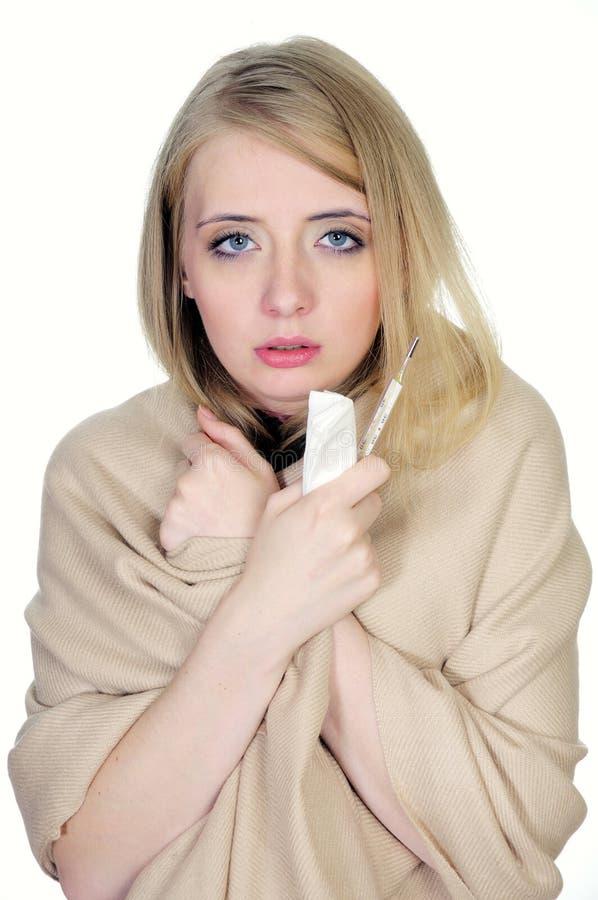 Donna con il termometro e il handkerchi della holding del condotto di scarico immagini stock