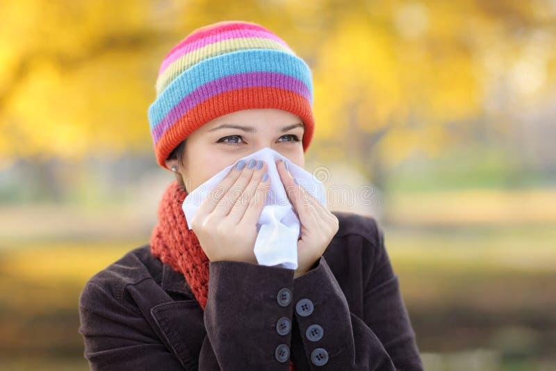 Donna con il tessuto che ha influenza o allergia immagini stock