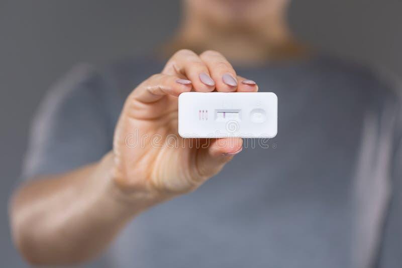 Donna con il test di gravidanza negativo fotografia stock