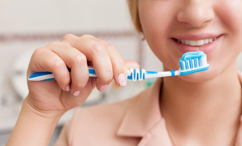 Donna con il toothbrush immagini stock