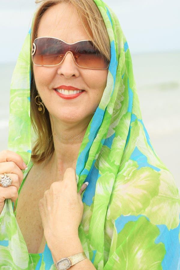 Donna con il verticale dell'involucro della sciarpa immagine stock libera da diritti
