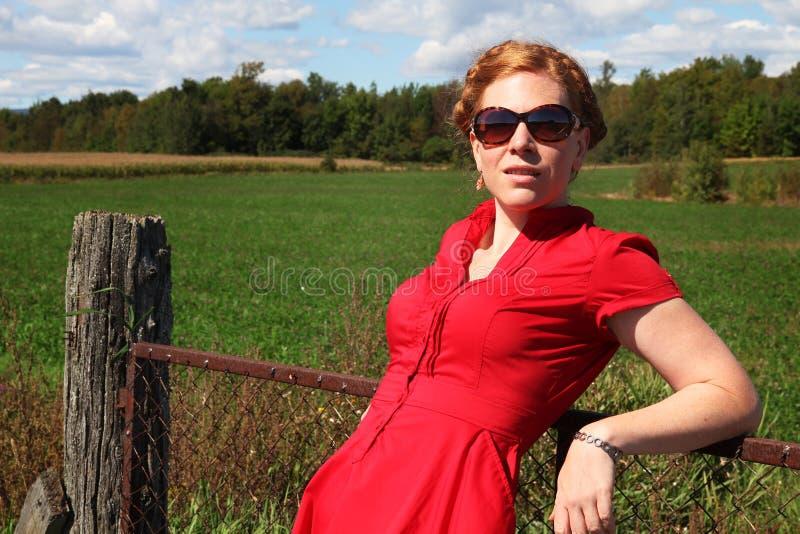 Donna lungo un recinto fotografia stock libera da diritti