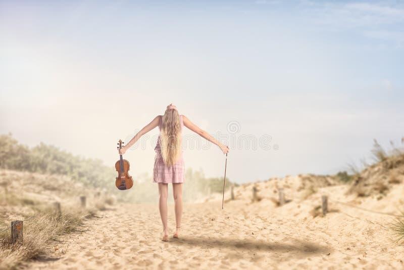 Donna con il violino che la sparge armi fotografia stock libera da diritti