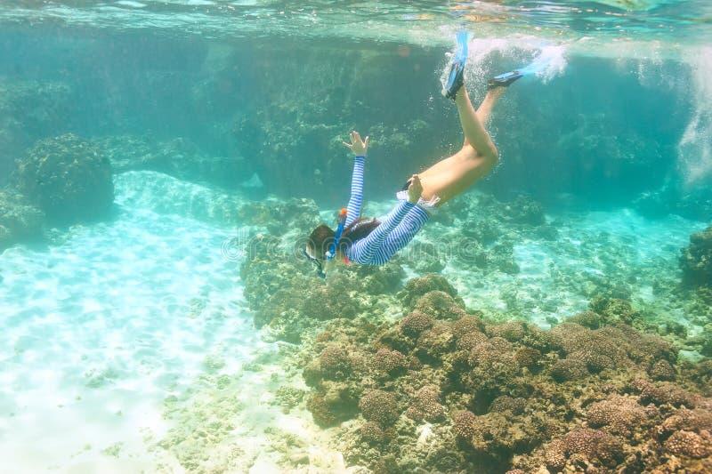 Download Donna Con Immergersi Della Maschera Immagine Stock - Immagine di coral, colorful: 55350653
