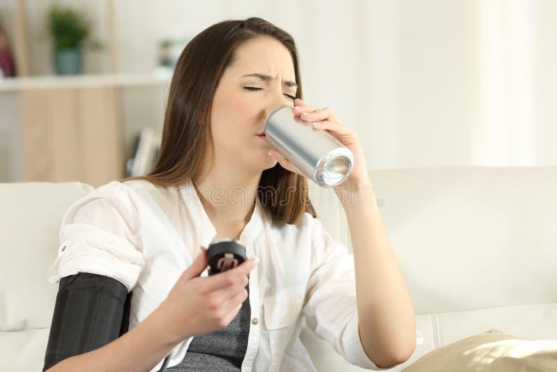Donna con ipotensione che beve soda dolce immagine stock libera da diritti