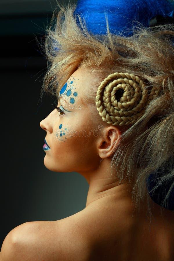 Femmina Attraente Con Body Art Creativo E Acconciatura ...