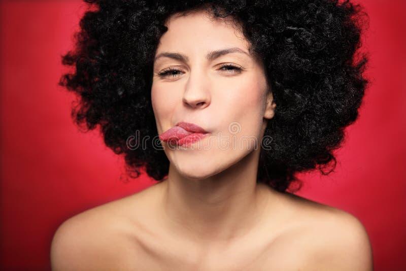 Donna Con L Afro Che Attacca La Sua Lingua Fuori Fotografia Stock