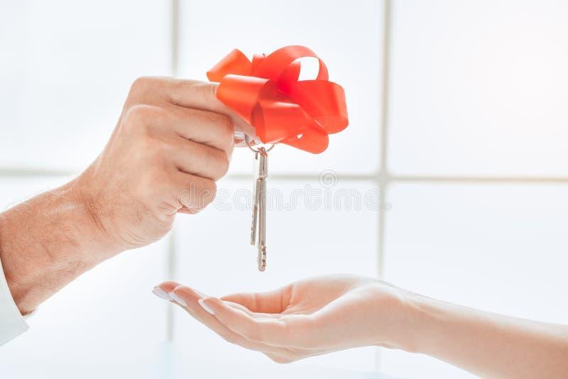 Donna con l'agente immobiliare nell'ufficio di agenzia fotografia stock