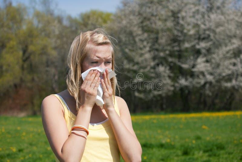 Donna con l'allergia che starnutisce fotografia stock