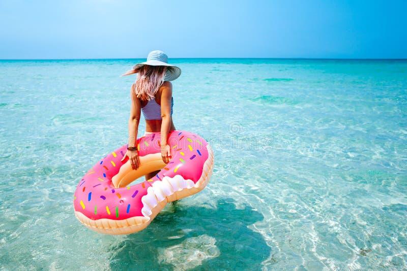 Donna con l'anello gonfiabile sulla spiaggia fotografie stock libere da diritti